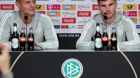 Toni Kroos (l) und Timo Werner unterstützen Bundestrainer Joachim Löw.