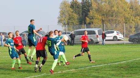 In dieser Szene erzielt Buchloes Stürmer Patrick Bail (rotes Trikot, Nummer 11) per Kopf das Tor des Tages im Derby in Amberg.