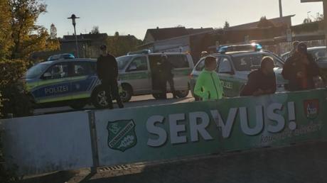 Gleich drei Polizeistreifen fuhren am Sonntag auf dem Sportgelände des TSV Zusmarshausen vor.