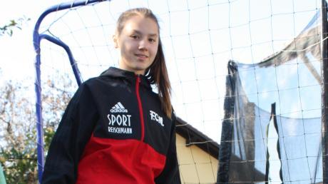 Sonja Lux im heimischen Garten: Dort begann die Liebe zum Fußball, die sie nun in die Jugend-Nationalmannschaft gebracht hat.