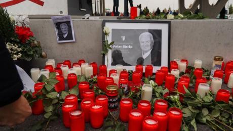 Blumen und Kerzen für Peter Bircks. Im Stadion gedachten die Fans des FCA dem ehemaligem Aufsichtsratsvorsitzenden.
