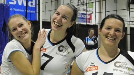 Die Siegerinnen strahlen um die Wette: Annika Westenkirchner (v. l.), Ekaterina Steber und Sonja Zellner freuen sich über den 3:1-Erfolg der DJK Augsburg-Hochzoll.