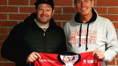Zurück zu den Eishockey-Wurzeln: Martin Jainz (links mit Vorstandsmitglied Georg Meißner) spielt ab sofort wieder für die Devils.