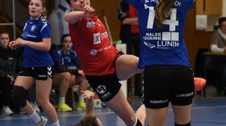 Lena Götz (in Rot) war mit neun Treffern die beste Günzburger Torjägerin gegen Schwabach. Auch auf die gesamte Saison gesehen führt die 17-Jährige mit bisher 75 Toren das teaminterne Ranking an.