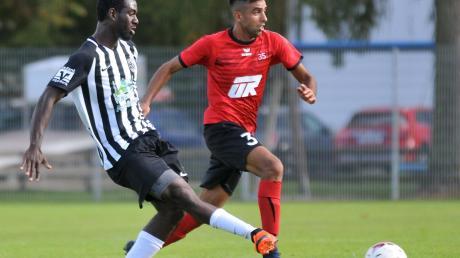 Während der vom TSV Gersthofen gekommene Fahad Barakzaie (rechts) beim SC Altenmünster voll eingeschlagen hat, musste Neuzugang Andourahmane Ayanda beim TSV Meitingen schon bald wieder gehen.