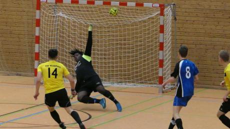 Schon im ersten Spiel des Turniers zeigten die A-Junioren des TSV Mindelheim (gelb-schwarze Trikots), dass sie um den Sieg mitspielen werden: Der FSV Dirlewang wurde mit 5:0 klar besiegt.