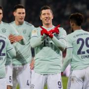 Bayern-Torjäger Robert Lewandowski feiert seinen Treffer zum 4:0 in Hannover. Foto: Julian Stratenschulte