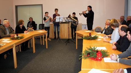 Feierliche Eröffnung der letzten Gemeinderatssitzung des Jahres durch Musiklehrer Csaba Primosics (rechts) mit seinen Schülern Michael Schilling, Michael Starkmann und Fabian Baumgartner.