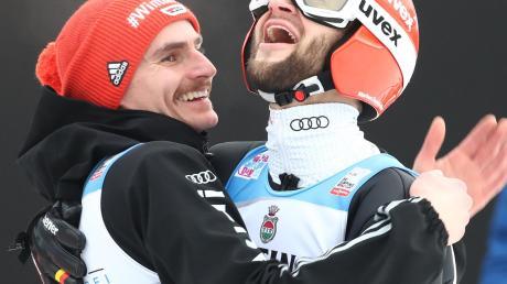 Glückwunsch! Richard Freitag (l.) freut sich mit Markus Eisenbichler über dessen erneuten zweiten Platz.