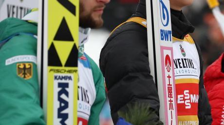 Markus Eisenbichler (links) und Ryoyu Kobayashi liefern sich an der Spitze der Gesamtwertung der Vierschanzentournee ein packendes Duell. Weiter geht es am heutigen Donnerstag in Innsbruck.