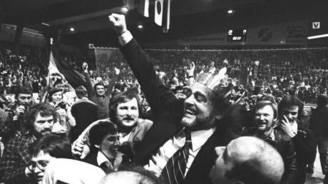 Nach dem Finalsieg gegen die UdSSR lassen die deutschen Spieler ihren jugoslawischen Trainer Vlado Stenzel hochleben. Foto: Morten Langkilde
