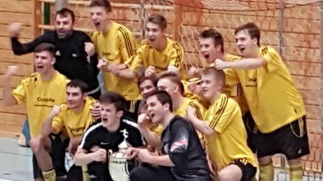 Die A-Junioren des TSV Ottobeuren jubeln über den Turniersieg bei der schwäbischen Futsal-Meisterschaft.