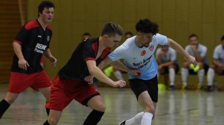Nicht nur im Gruppenspiel gegen Türkspor Ichenhausen (blau-weiß) blieb der TSV Wasserburg (rot-schwarz) Sieger.