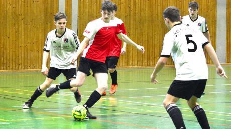 Beim Kreisfinale der C-Junioren setzte sich Gastgeber JFG Kronburg (weiße Trikots) nicht nur gegen die SG Oberrieden (rotes Trikot) durch, sondern gewann auch das Turnier.