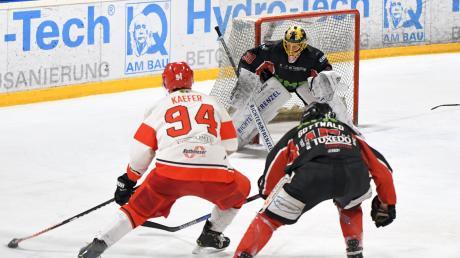 Auch in der Offensive ist der EHC Klostersee breit und stark aufgestellt. Links Raphael Kaefer, rechts Königsbrunns Luka Gottwald, im Hintergrund Jennifer Harß.Eishockey EHC Königsbrunn