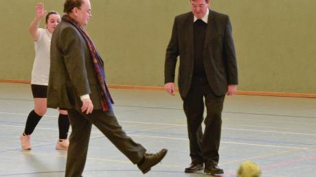 Symbolischer Anstoß: Prälat Bertram Meier (links) tritt mit Dekan Werner Dippel gegen den Ball.