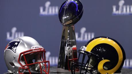 Die New England Patriots (linker Helm) kämpfen gegen die Los Angeles Rams um die Vince-Lombardi-Trophy, benannt nach dem Head Coach des ersten Super Bowl-Gewinners 1967, den Green Bay Packers.