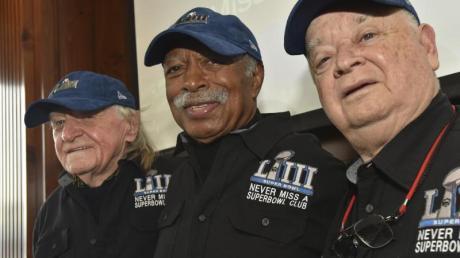 Tom Henschel (l-r), Gregory Eaton und Don Crisman gehören dem «Never Miss a Super Bowl Club» an. Seit 1967 haben sie kein NFL-Finale verpasst.