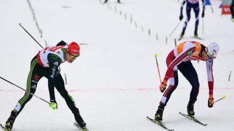Im Endkampf hatte der Norweger Magnus Riiber (r) die Skispitze vorn. Vinzenz Geiger (l) wird Zweiter. Foto: Hendrik Schmidt
