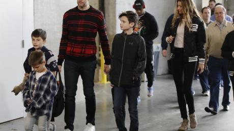 Tom Brady, seine Frau Gisele Bündchen und ihre Familie kommen in Atlanta an.