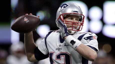 Patriots-Quarterback Tom Brady sucht eine Anspielstation für seinen Pass. Foto: Carolyn Kaster/AP