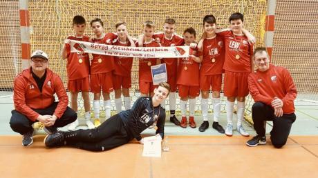 """Das Trainerduo Harry Seuberth (links) und """"Bosti"""" Albrecht war stolz auf die jungen Kicker der SpVgg Altisheim-Leitheim."""