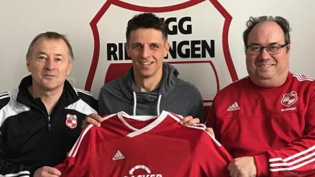 SpVgg-Vorsitzender Leo Anzenhofer (li.) und Abteilungsleiter Michael Braunwart (re.) präsentieren Stefan Ferber (Mitte) als neuen Trainer.
