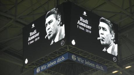 Ein Foto von Schalkes ehemaligen Manager Rudi Assauer ist auf dem Videowürfel in der Veltins Arena zu sehen.