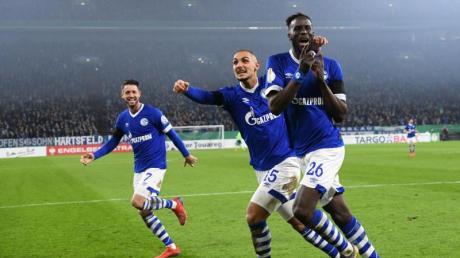 Mark Uth (l), Ahmed Kutucu und Torschütze Salif Sane (r) von Schalke bejubeln das 2:0 gegen Fortuna Düsseldorf.