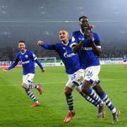 Mark Uth (l), Ahmed Kutucu und Torschütze Salif Sane (r) von Schalke bejubeln das 2:0 gegen Fortuna Düsseldorf. Foto: Ina Fassbender
