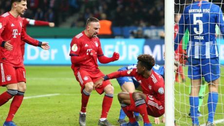 Die Münchner jubeln mit dem Torschützen Kingsley Coman (links neben dem Pfosten) über den Treffer zum 3:2 in der Verlängerung. Foto.Andreas Gora