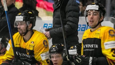 Nach fast zwei Monaten endlich wieder an der Bande: Bundestrainer Toni Söderholm genießt sein Debüt in Memmingen.