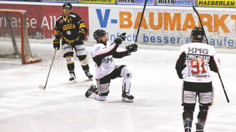 Hat er auch am Wochenende Grund zum Jubeln? Matthias Forster (Mitte) war an vier der sechs Treffer in Füssen beteiligt.