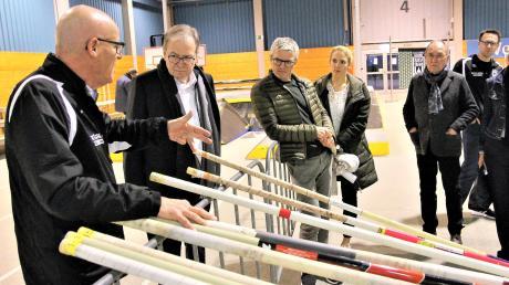"""Wolfgang Beck (links) ist der Abteilungsleiter und Stabhochsprungtrainer des SSV Ulm. Hier erklärt er Besuchern in der Ulmer Trainingshalle, wie die Stäbe seiner Sportart funktionieren. Auch sonst wurde den Gästen bei """"Förderer trifft Athlet"""" erklärt, was die Ulmer Leichtathleten so tun."""