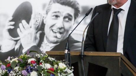 Huub Stevens hielt eine bewegende Rede auf Rudi Assauer.