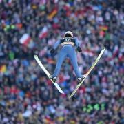 Karl Geiger aus Deutschland springt zu seinem zweiten Einzelsieg in seiner Karriere. Foto: Arne Dedert