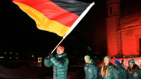 Kombinierer Johannes Rydzek trägt während der Eröffnungsfeier der Nordischen Ski-WM die deutsche Fahne.