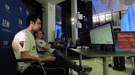 Yannic Bederke (links) gehört zum E-Sport-Team des FC Augsburg.  Bei der Home Challenge spielt er - zuhause - gemeinsam mit Marco Richter.