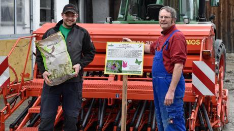 Norbert und Robert Behl (rechts) aus Dettenschwang bieten im Internet Patenschaften für Blühflächen an.