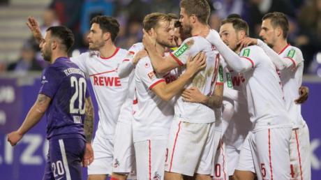 Die Spieler des 1. FC Köln feiern den Sieg in Aue.