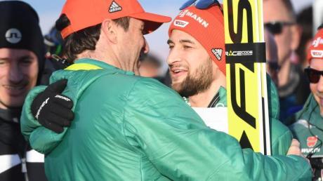 Markus Eisenbichler (r) hat beim letzten Großereignis unter Trainer Schuster (l) die Chance viermal Gold bei einer Nordischen Ski-WM zu erobern. Foto:Hendrik Schmidt