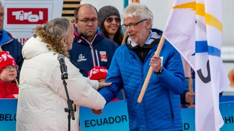 DSV-Präsident Franz Steinle (rechts) übernahm von FIS-Präsident Gian Franco Kasper die WM-Fahne für 2021.
