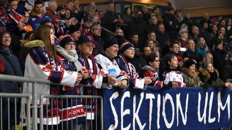 Es war eng im Neu-Ulmer Eisstadion. Das Derby zwischen den Devils und Burgau wollten 1000 Zuschauer sehen.