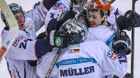 Die Eisbären Berlin stehen im DEL-Viertelfinale. Foto: Armin Weigel