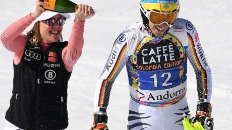 Sektdusche im Ziel: Teamkollegin Viktoria Rebensburg begießt Felix Neureuther.