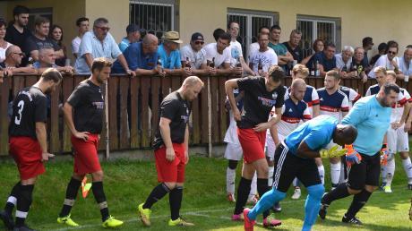 Da war die Fußball-Welt noch in Ordnung: Zum Derby in der untersten Liga zwischen dem SV Grafertshofen und dem FV Weißenhorn liefen die Spieler im August vor 800 Zuschauern ein.