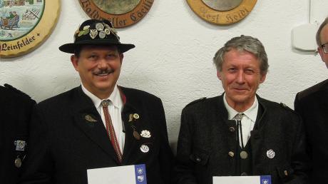 Lorenz Grünwald (links) und Rudolf Gaßner (beide Kgl. Priv. SG Rain 1610) erhielten die silberne Böllerehrennadel des Bayerischen Sportschützenbundes.