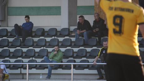 Mindelheims Trainer Benedikt Deigendesch (grüner Pullover) musste sich die letzten 20 Minuten der Partie von der Tribüne aus ansehen.
