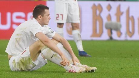Tief enttäuscht sitzt Michael Gregoritsch nach dem Spiel auf dem Rasen. Er verschuldete unglücklich das Handspiel, das zum Elfmeter führte.