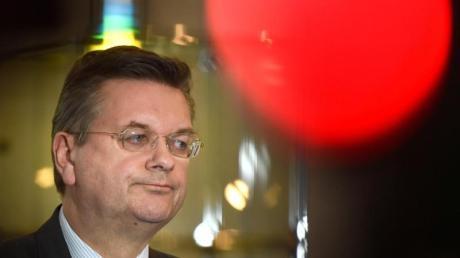 Über die Vorwürfe gegen den zurückgetretenen Reinhard Grindel will die DFB-Ethikkomission beraten. Foto: Arne Dedert/dpa
